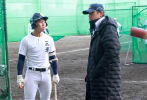 三浦主将(左)と話す東海大甲府・仲沢コーチ