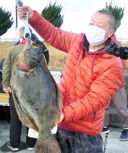 76・7センチのヒラメを釣った高原さん