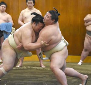 春場所に向けて豊山と相撲を取る稽古を行う正代(右)(代表撮影)