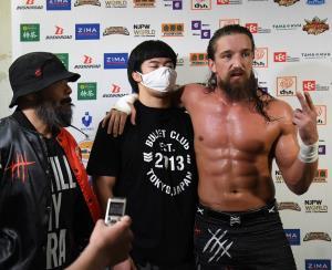 27日に激突する石井智宏を挑発したジェイ・ホワイト(左は外道、中央は上村優也=新日本プロレス提供)