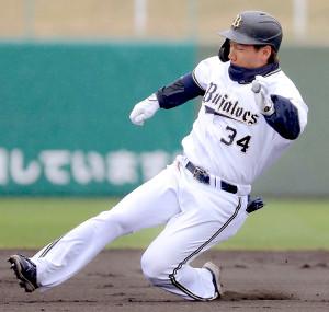 1回2死二塁、先制二塁打を放つ吉田正