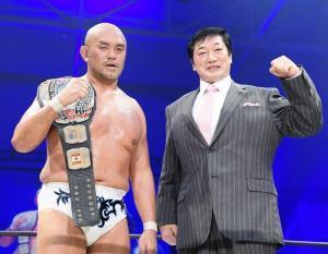 秋山準(左)のDDT王座奪取を祝福する小橋建太氏