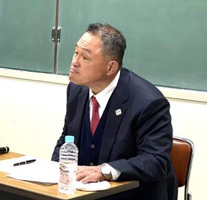 全柔連のパワハラ問題について会見する山下会長