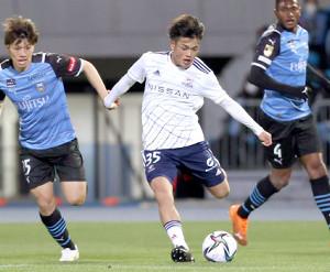 前半、左サイドから攻め込む横浜M・樺山諒乃介(左は川崎・田中碧、右はジェジエウ=カメラ・宮崎 亮太)