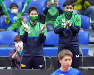 ベンチで応援する木下マイスター東京の水谷隼(左)と張本智和