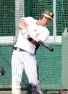 フリー打撃で強い打球を放つ佐藤輝