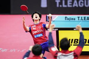 第2試合のシングルスに勝利した琉球・戸上(カメラ・矢口 亨)