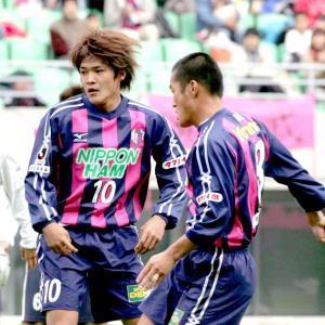 04年11月14日の草津戦(長居)でプレーするC大阪・大久保嘉人(左)右は森島寛晃