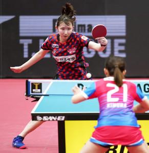 第3試合のシングルスでプレーする日本生命レッドエルフの早田ひな
