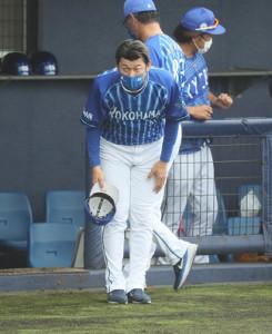 引き分け終了、一塁ベンチに向かって一礼し引き揚げる三浦大輔監督