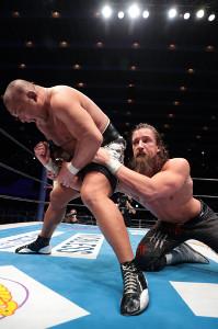金的攻撃などなんでもありのファイトで石井智宏から初勝利を挙げたジェイ・ホワイト(右=新日本プロレス提供)