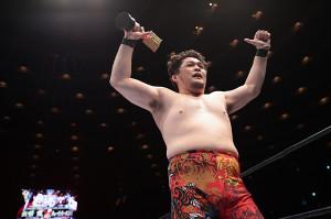 KOPW2021のタイトルを守り、トロフィーを掲げる矢野通(新日本プロレス提供)