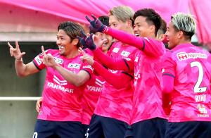 前半42分、先制ゴールを決めたC大阪・大久保嘉人(左端)はチームメートとともに笑顔でポーズを決める(カメラ・二川 雅年)