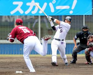 1回1死一、二塁、村上が田中将(左)から先制の右前適時打を放つ