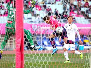 前半42分、ヘディングでJ1歴代最多得点記録を更新する先制ゴールを決めたC大阪・大久保(カメラ・二川 雅年)
