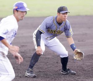 三塁の守備に就く佐藤輝(左は三塁走者の阿部)