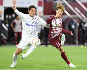 後半34分、神戸・古橋亨梧が先制のゴールを決める(左は昌子源、カメラ・岩崎 龍一)