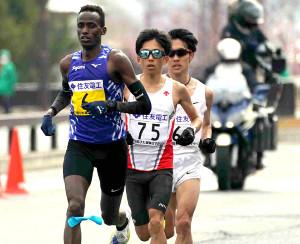 35キロ過ぎを駆け抜ける鈴木健吾(中央)ら先頭集団