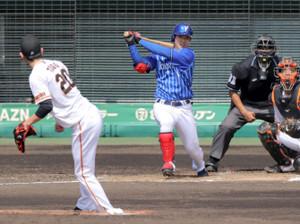 3回1死一塁、田中俊太が戸郷から中前安打(カメラ・山崎 賢人)