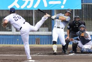 1回1死一塁、佐藤輝明が先制の左越え適時二塁打を放つ。投手・木沢尚文、捕手・西田明央