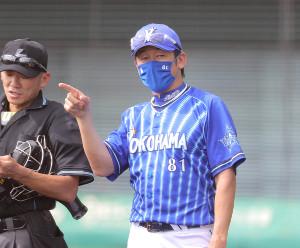 選手交代を告げる三浦大輔監督