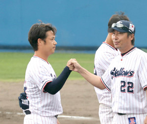 キャンプを打ち上げ、小川泰弘(左)とグータッチを交わす高津臣吾監督