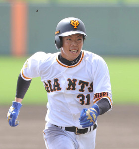 5回無死一、二塁、吉川尚輝の左飛で三塁へ進塁する二塁走者・松原聖弥
