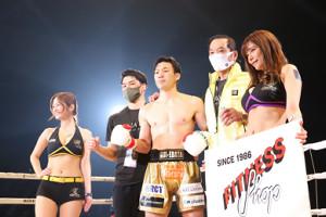 勝利を収めた江幡塁(中央)(左から2人目は兄の睦)