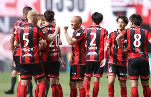 横浜Cに大勝して笑顔を見せる小野(右)ら札幌イレブン(カメラ・宮崎 亮太)