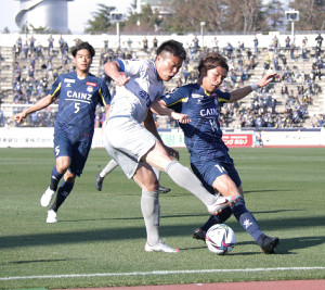 後半30分過ぎ、秋田のFW中村(中央)がクロスを上げるも相手選手に阻まれた(カメラ・高橋 宏磁)