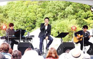 「GAMA ROCK FES」に参加し、笑顔を浮かべる大友康平(2018年9月22日撮影=所属事務所提供)