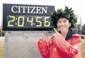 新記録を表示した掲示板を指さす鈴木(代表撮影)