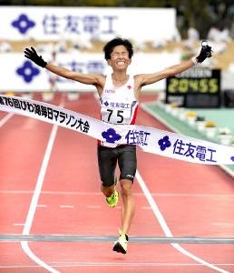 日本新記録で優勝した鈴木健吾(
