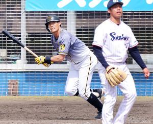 5回2死二塁、糸井が左前適時打を放つ(投手・山野=カメラ・馬場 秀則)