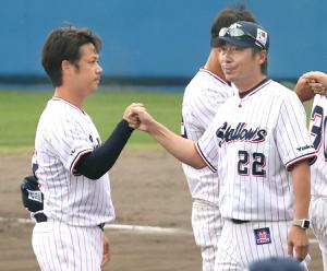 キャンプを打ち上げ、小川(左)とグータッチを交わす高津監督