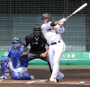 1回無死二塁、右前適時打を放つ坂本