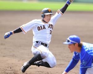 5回無死一、二塁、吉川の左飛で三塁へ進塁する二塁走者・松原