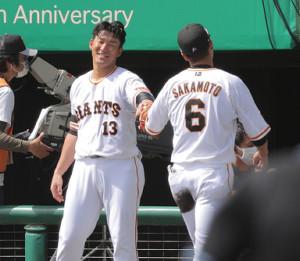 2回の守備を終えた坂本勇人(右)を笑顔で迎える梶谷隆幸(カメラ・相川 和寛)