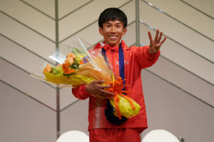 日本新で優勝した鈴木健吾は笑顔で4分台の「4」のポーズ