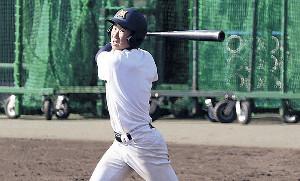 打撃練習で快音を響かせる三島南・加藤