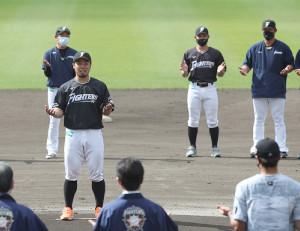 キャンプを近藤健介(手前)の一本締めで打ち上げる