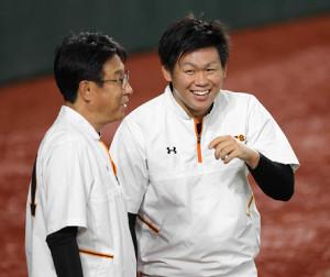 田口麗斗と宮本和知コーチ(左)