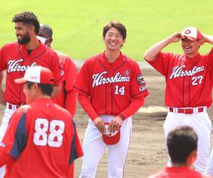 キャンプを打ち上げ、笑顔を見せる大瀬良(左)。佐々岡監督から開幕投手に指名された
