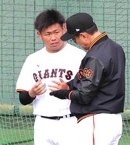 2月1日、原監督(右)と話す田口