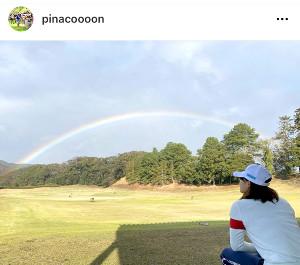 虹を見つめる写真を公開した渋野(本人のインスタグラム@pinacoooonより)