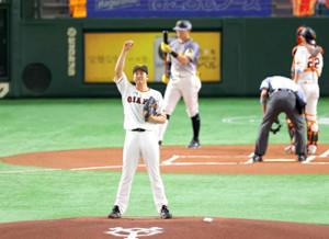 昨年の6月、マウンドに上がって気合を入れる開幕投手の菅野