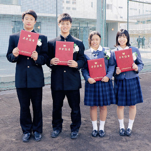 卒業式を終えて笑顔を見せる加藤学園の(左から)肥沼、勝又、山崎マネ、清水マネ