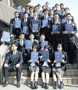 卒業式後にチームメートと記念撮影におさまる磐田東の二俣翔一(3列目の左から4人目)