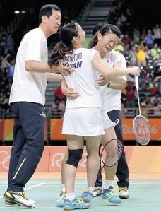 リオ五輪で日本初の金メダルを獲得した高橋(右)、松友ペアと抱き合う朴コー