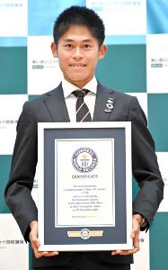 フルマラソン2時間20分以内100回達成がギネス世界記録に認定され、認定証を手に記念撮影する川内優輝(代表撮影)